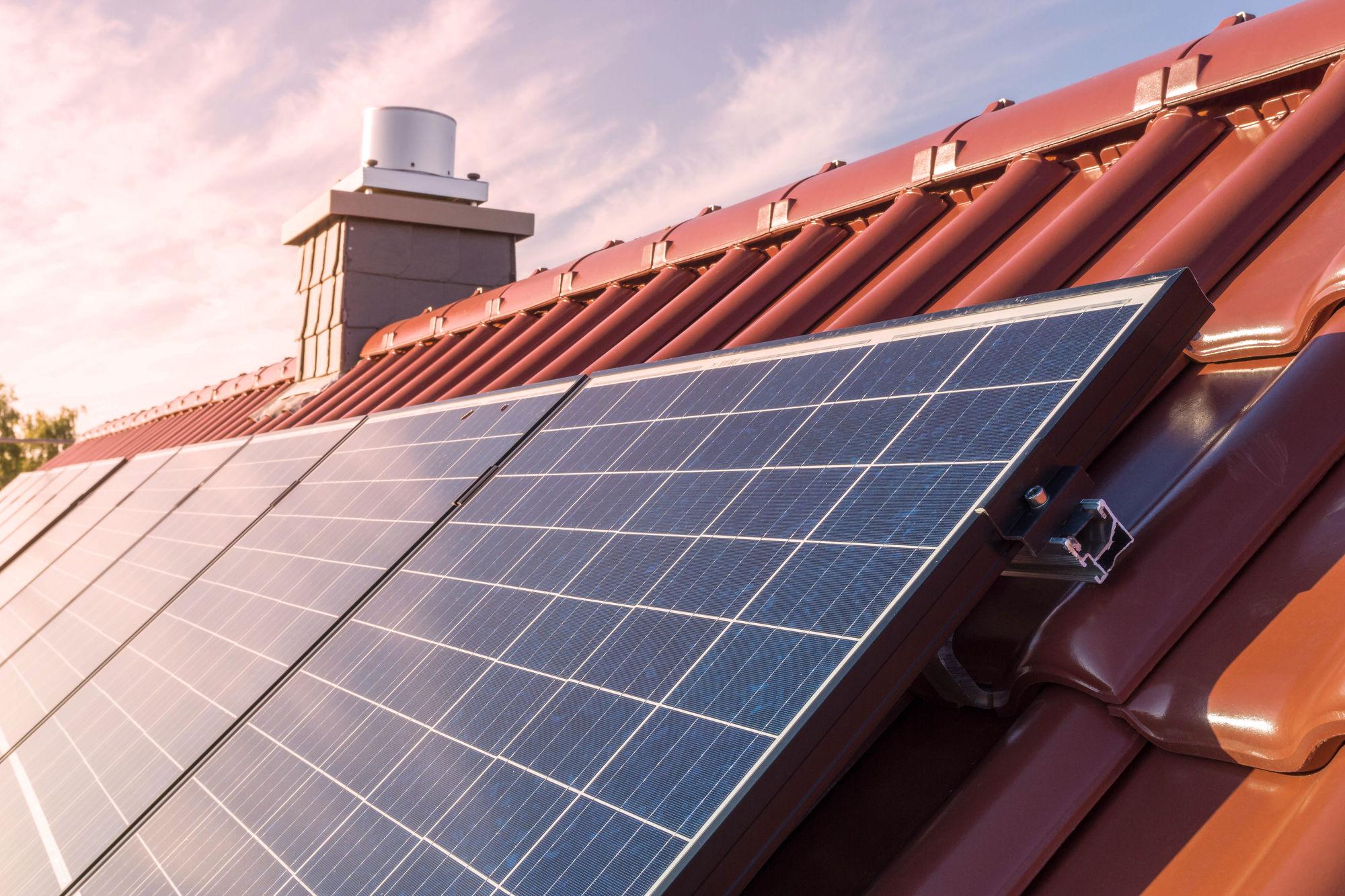 Wanneer zonnepanelen schoonmaken? 5 cruciale momenten!